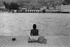 Meditazione-in-riva-al-Gange_Haridwar-India_1960