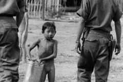 Nei-villaggi-nessuno-sa-nulla-dei-guerrigliei-Viet-Cong_Vietnam-del-Sud_1960